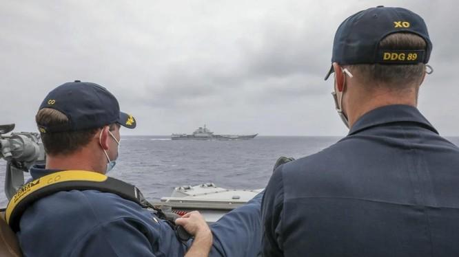 Sĩ quan trên tàu USS Mustin theo dõi tàu Trung Quốc trên biển Hoa Đông ngày 4/4 (Ảnh: US Navy)