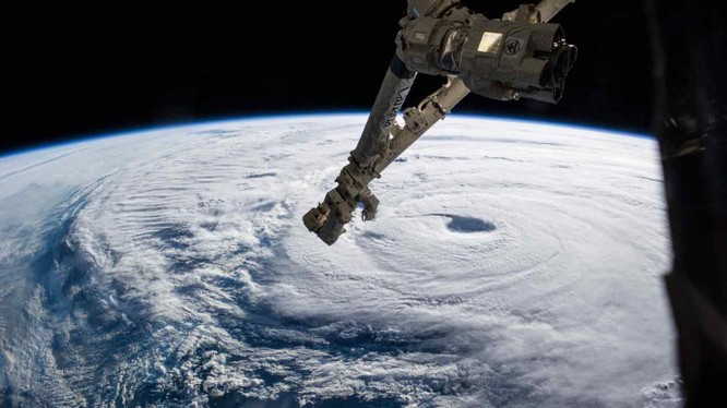 """Cánh tay robot của Trạm Vũ trụ Quốc tế (ISS). Mỹ lo rằng cánh tay robot của vệ tinh Trung Quốc có thể """"tóm"""" và vô hiệu hóa vệ tinh của họ (Ảnh: NASA)"""