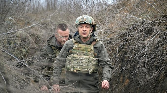 Tổng thống Volodymyr Zelensky mặc áo giáp tới thăm vùng Donbas hôm 9/4. Ảnh: Reuters.