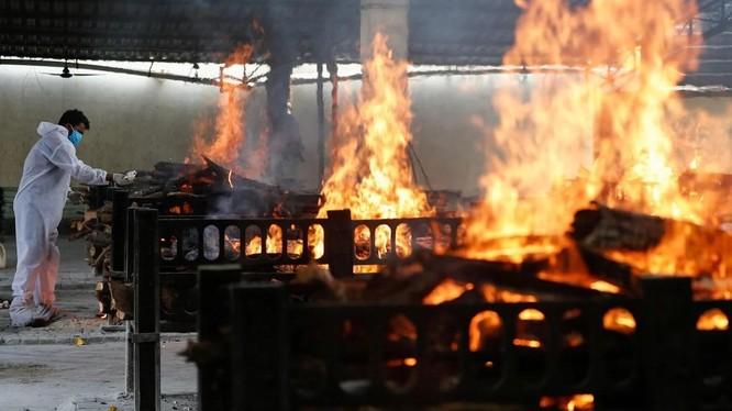 Số ca tử vong do COVID-19 tăng mạnh ở Ấn Độ khiến các lò hỏa táng quá tải (Ảnh: SCMP)