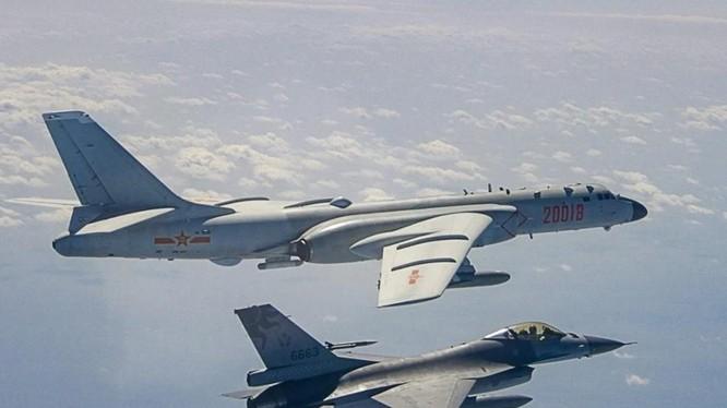 Chiến đấu cơ Đài Loan theo đuôi một máy bay ném bom của Trung Quốc ở Eo biển Đài Loan (Ảnh: Handout)