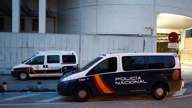 Nghi phạm truyền COVID-19 cho 22 người ở Tây Ban Nha đã bị cảnh sát bắt giữ (Ảnh: Reuters)