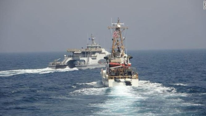 Tàu Harth 55 (trái) của Iran có hành động nguy hiểm với tàu Monomoy của Mỹ trong vụ việc ngày 2/4 (Ảnh: CNN)