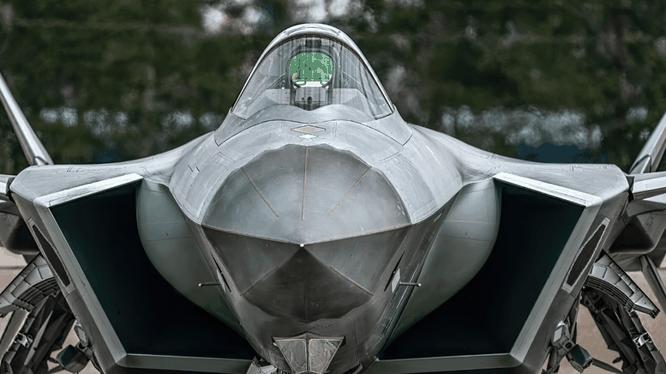 Phiên bản hai chỗ ngồi của J-20 được cho là tích hợp nhiều công nghệ tối tân hơn (Ảnh: Handout)