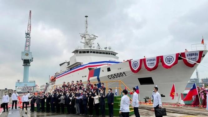 Bà Thái Anh Văn cùng nhiều quan chức Đài Loan tham dự lễ biên chế tàu Chiayi ở Kaohsiung hôm 29/4 (Ảnh: Reuters)