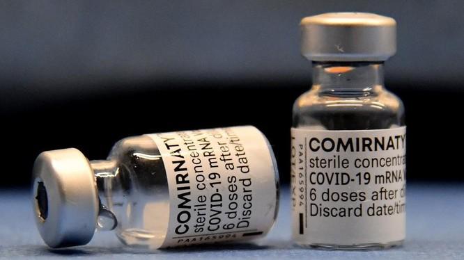 Hai lọ vaccine Pfizer-BioNTech được chuẩn bị tại Italy hôm 22/4. Ảnh: AFP.