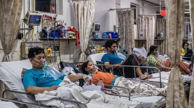Số ca nhiễm mới COVID-19 mỗi ngày ở mức kỷ lục tạo sức ép lớn với hệ thống y tế Ấn Độ (Ảnh: SCMP)