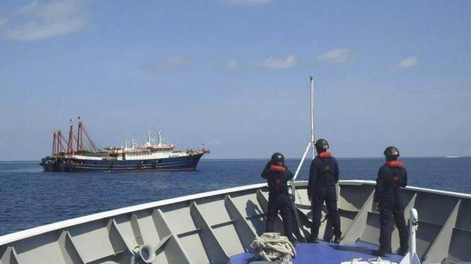 Philippines nói Hải cảnh Trung Quốc đã có những hành động thách thức nguy hiểm với 2 tàu Hải cảnh của họ (Ảnh: AP)