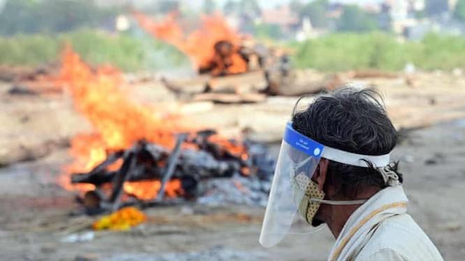 Người dân dọc bờ sông tiến hành hỏa táng những thi thể được tìm thấy (Ảnh: Shutterstock)