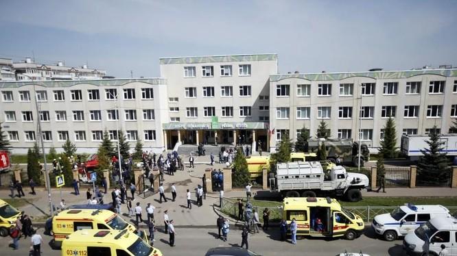 Xe cảnh sát và cứu thương trước cửa trường học nơi xảy ra vụ xả súng (Ảnh: AP)