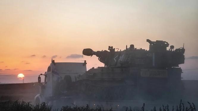 Pháo tự hành của Israel được triển khai tới biên giới với Gaza, gần Sderot (Ảnh: DPA)