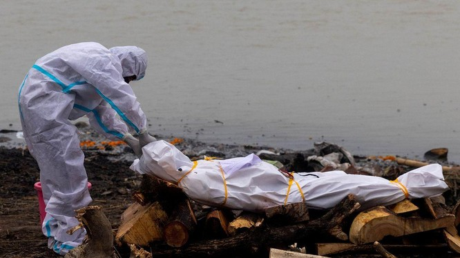 Một thi thể trôi sông chuẩn bị được hỏa táng (Ảnh: Reuters)