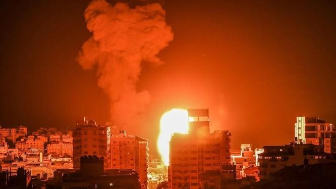 Khói lửa bốc lên trong đợt không kích do Israel thực hiện rạng sáng ngày 17/5 (Ảnh: AFP)