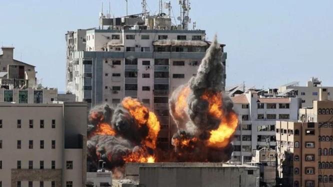 Israel không kích tòa nhà có văn phòng của các hãng truyền thông quốc tế (Ảnh: NDTV)