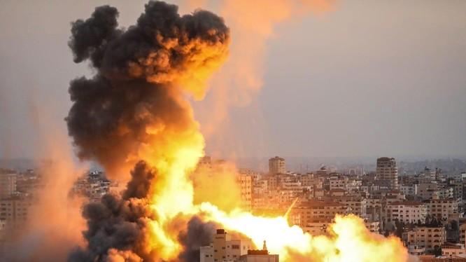 Cột lửa bốc lên sau một đòn không kích của Israel ở Gaza (Ảnh: Anadolu)