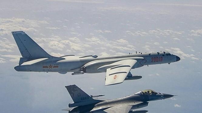 Một chiến đấu cơ Đài Loan đang theo sát máy bay ném bom của Trung Quốc ở eo biển Đài Loan hồi năm ngoái (Ảnh: SCMP)