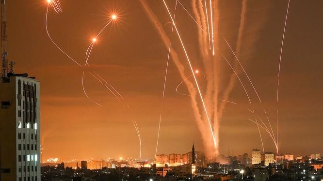 Hàng loạt rocket được phóng từ Gaza tới Israel thắp sáng bầu trời đêm (Ảnh: AP)