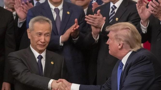 Phó Thủ tướng Trung Quốc Lưu Hạc và Tổng thống Mỹ Donald Trump ký thỏa thuận thương mại giai đoạn một vài tháng 1/2020 (Ảnh: EPA)