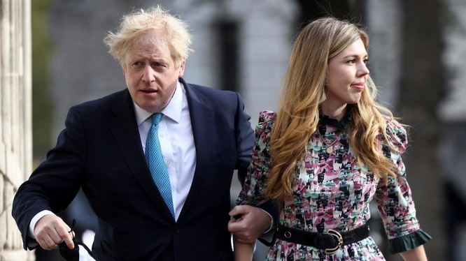 Johnson và Symonds đi bỏ phiếu hôm 6/5. Ảnh: Reuters.