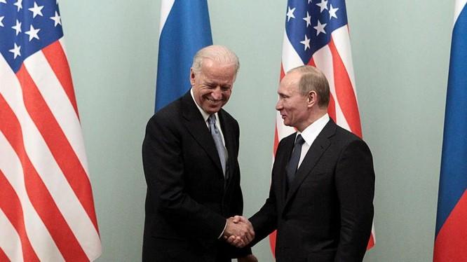 Ông Biden và Putin bắt tay nhau trong một cuộc gặp (Ảnh: RT)