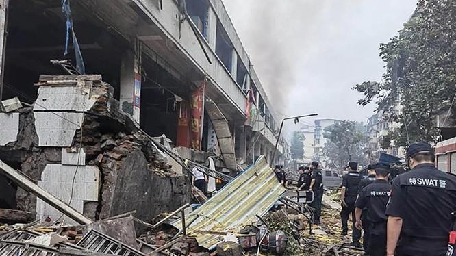 Cảnh sát kiểm tra hiện trường vụ nổ do rò rỉ khí ga (Ảnh: SCMP)