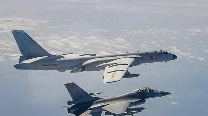 Chiến đấu cơ Đài Loan theo sát một máy bay ném bom của Trung Quốc trên Eo biển Đài Loan hồi tháng 2/2021 (Ảnh: SCMP)