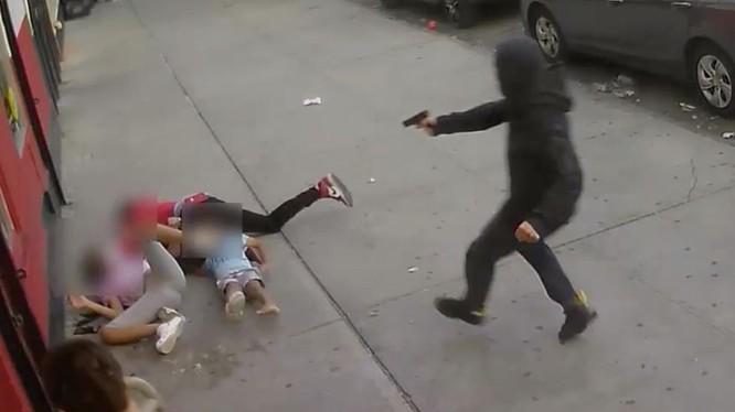 Ảnh cắt từ đoạn clip vụ xả súng kinh hoàng trên phố Bronx, New York, Mỹ (Ảnh: NYPD)