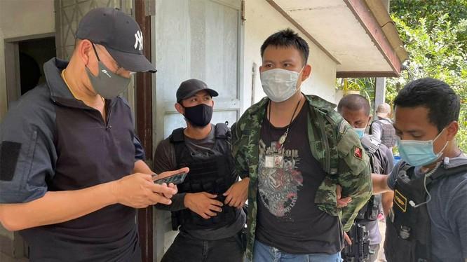 Cảnh sát áp giải Kawin Saengnilkul (thứ ba từ trái sang) sau khi nghi phạm đầu thú tại tỉnh Ranong ngày 24/6. Ảnh: Cảnh sát Thái Lan.