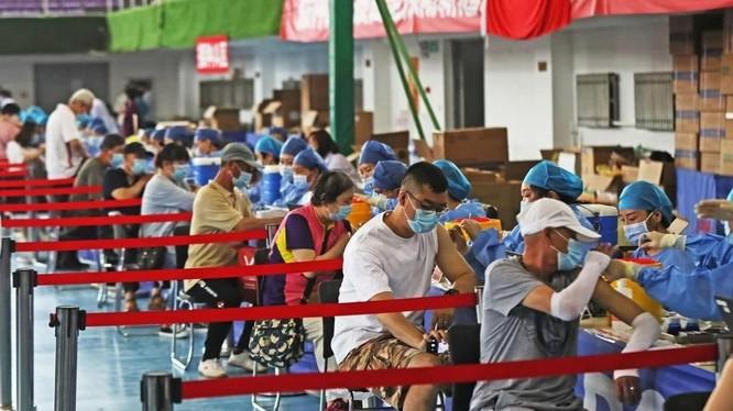 Người dân ở Liêu Ninh, Trung Quốc đi tiêm vaccine ngừa COVID-19 trong tháng 6 vừa qua (Ảnh: Xinhua)