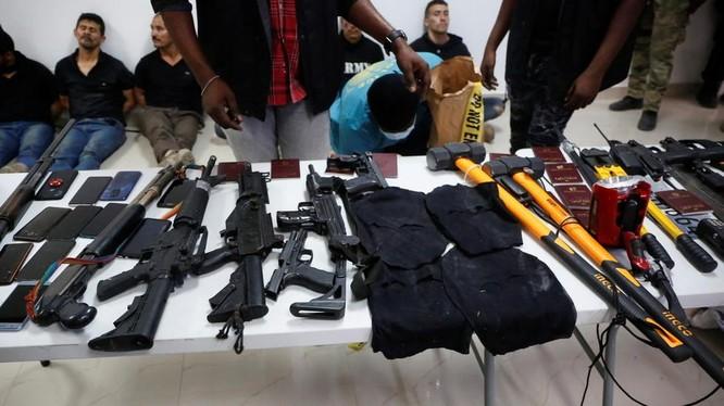 Các nghi phạm vụ ám sát Tổng thống Haiti cùng lượng lớn vũ khí, tang vật bị thu giữ (Ảnh: Reuters)