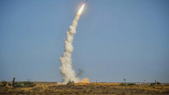 Hệ thống S-400 khai hỏa trong một cuộc thử nghiệm (Ảnh: Sputnik)