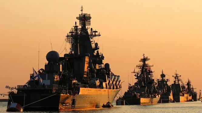 Các chiến hạm Nga trong một cuộc diễu binh hải quân tại Sevastopol năm 2019 (Ảnh: Sputnik)