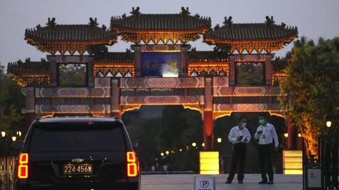 Xe của Bộ Ngoại giao Mỹ bên ngoài địa điểm tổ chức cuộc họp tại Thiên Tân (Ảnh: AP)