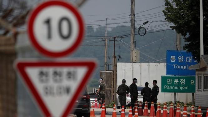 Binh sĩ tại một điểm chốt ở khu phi quân sự chia tách hai miền Triều Tiên (Ảnh: Reuters)