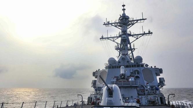 Tàu khu trục USS Benfold băng qua eo biển Đài Loan trong hôm 28/7 (Ảnh: US Navy)