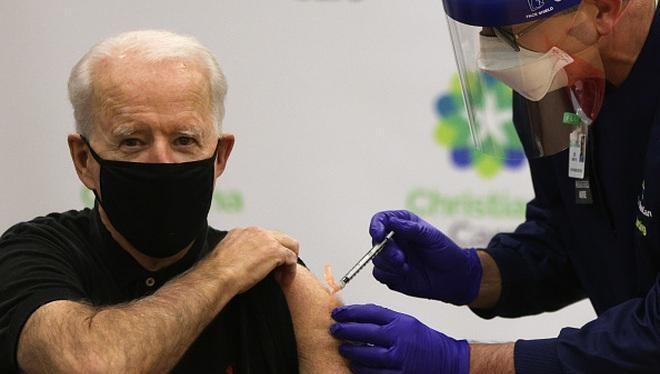 Tổng thống Mỹ Joe Biden tiêm vắc xin Covid-19 mũi 2 hồi tháng 1/2021 (Ảnh: Reuters)