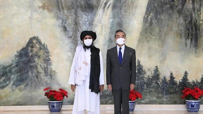 Người đồng sáng lập Taliban Mullah Abdul Ghani Baradar và Ngoại trưởng Vương Nghị trong cuộc gặp hôm 28/7 (Ảnh: Xinhua)