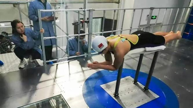 VĐV bơi lội và các nhà khoa học Trung Quốc trong một cuộc thử nghiệm đánh giá (Ảnh: CASC)