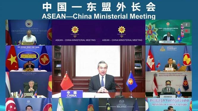 Ngoại trưởng Trung Quốc Vương Nghị phát biểu trong cuộc họp trực tuyến hôm 3/8 (Ảnh: Handout)