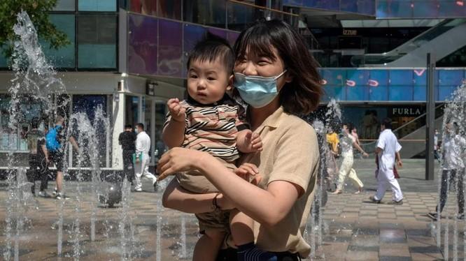 Chính phủ Trung Quốc đang áp dụng chính sách 3 con nhằm giải quyết tình trạng già hóa dân số nhanh chóng (Ảnh: AFP)