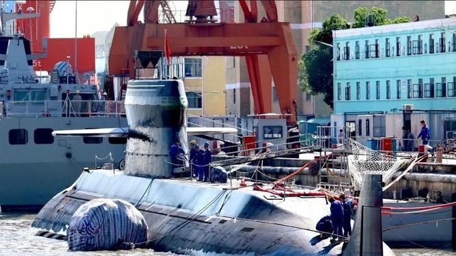 Rất nhiều câu hỏi được đặt ra sau khi hình ảnh biến thể của tàu ngầm Type 039 của Trung Quốc xuất hiện trên mạng xã hội (Ảnh: SCMP)