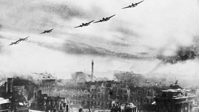 Lực lượng không quân của Hạm đội Baltic ném bom Berlin (Ảnh: RIA Novosti)