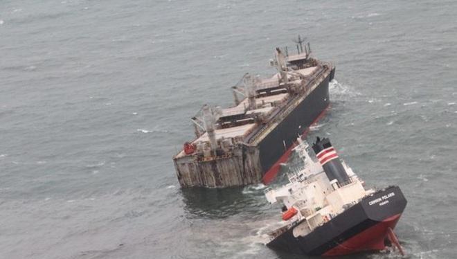 Tàu hàng mang cờ Panama vỡ làm đôi sau khi mắc cạn ở Nhật Bản (Ảnh: Reuters)