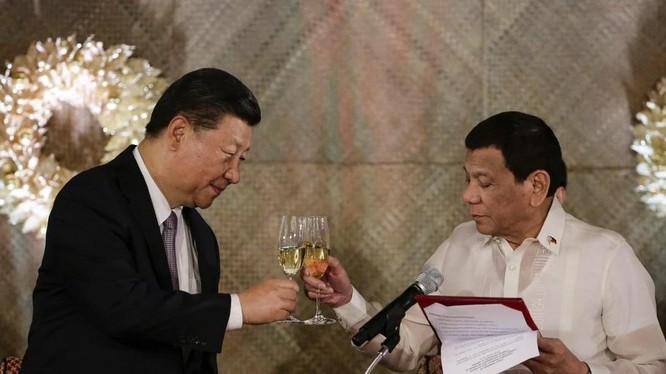 Chủ tịch Trung Quốc Tập Cận Bình và Tổng thống Philippines Rodrigo Duterte trong cuộc gặp tại Manila năm 2018 (Ảnh: AP)