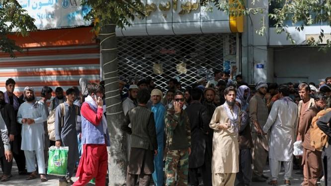 Người dân xếp hàng dài trong nhiều giờ để rút tiền tại một ngân hàng ở thủ đô Kabul (Ảnh: AP)