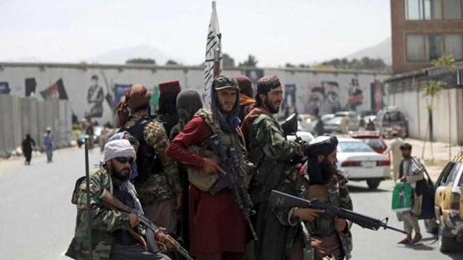 Chiến binh Taliban tổ chức tuần tra tại thủ đô Kabul, Afghanistan (Ảnh: AP)