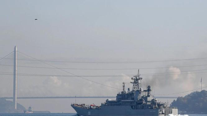 Chiến hạm Nga BSF Tsezar Kunikov 158 băng qua eo Bosphorus ngoài khơi Thổ Nhĩ Kỳ (Ảnh: AFP)