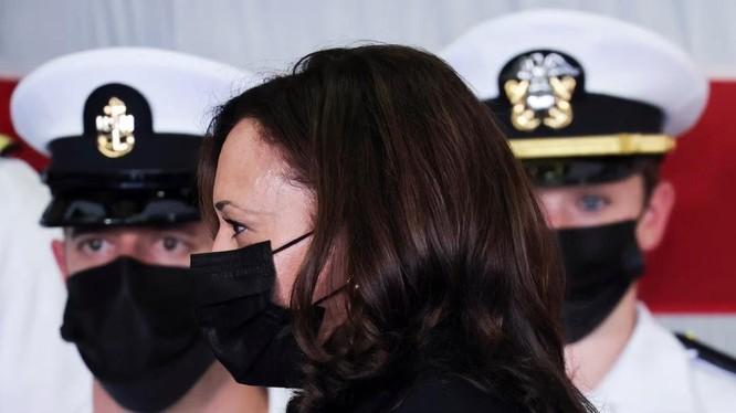 Phó Tổng thống Mỹ Kamala Harris thăm tàu USS Tulsa ở Singapore hôm đầu tuần này (Ảnh: Reuters)