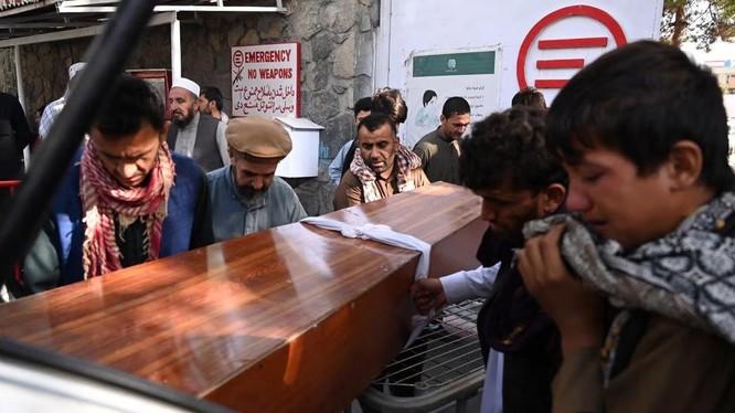 Người thân tiễn đưa một nạn nhân trong vụ đánh bom kép ở sân bay Kabul (Ảnh: AFP)