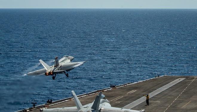 Tiêm kích Mỹ cất cánh từ tàu sân bay USS Theodore Roosevelt ở Biển Đông hồi tháng 4 (Ảnh: US Navy)